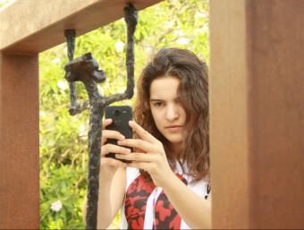 La jove Kènia pren una imatge, al jardí Mas Pi, a Verges on treballa i elabora idees. JOAN PUNTÍ