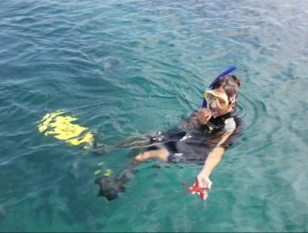 La biòloga Raquel Martos ensenya una estrella de mar a la Masia Blanca. C.M./TAEMPUS