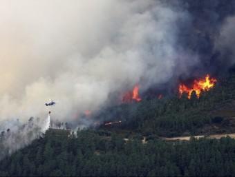 Un helicòpter descarrega aigua sobre el foc a Acebo, a la serra de Gata EFE