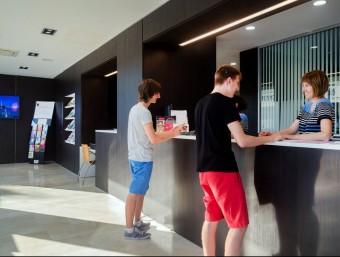 La nova oficina de Turisme té un aspecte modern i dóna sensació d'amplitud. EL PUNT AVUI