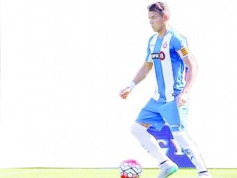 Héctor Moreno conduint la pilota en l'amistós contra el Southampton, el seu últim partit amb la samarreta periquita FERRAN CASALS