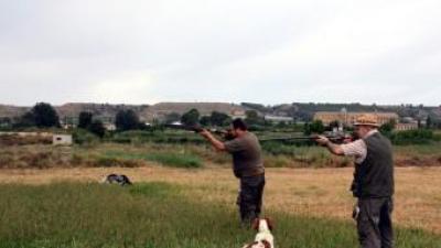 Caçadors estrenant la mitja veda a la zona d'Alguaire ACN