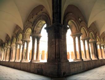 El claustre del monestir de les Avellanes és romànic i ha conservat les quatre ales originals malgrat que el monument va estar molt maltractat per la història. Amb la restauració s'eliminaran problemes d'humitat EL PUNT AVUI