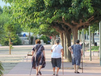 Tres dones passegen per la rambla de la Marinada de Llorenç. C.M. / TAEMPUS