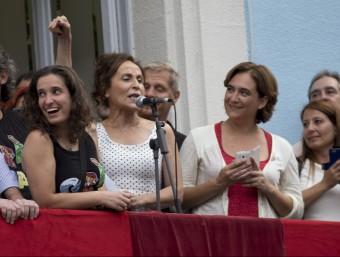 Montalà , davant del micro i entre Carbonell i Colau, al balcó de la seu del districte A. SALAMÉ