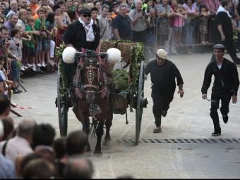 Els tarragonins, expectants, en un moment en què l'aigua de Sant Magí fa el seu recorregut per la ciutat JOSÉ CARLOS LEÓN