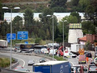 L'accident d'Esparreguera va provocar dos ferits lleus i quatre quilòmetres de cua L.F. / ACN