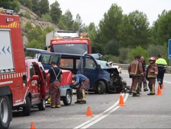 Efectius dels Bombers i dels Mossos treballen aquest migdia en l'accident de Benifallet ACN