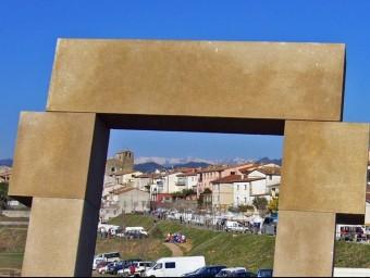 Tortellà, a través d'una finestra - escultura de l'entrada del poble. R. E