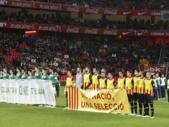 Les dues seleccions , amb una pancarta reivindicativa, en el partit disputat l'any passat a San Mamés ORIOL DURAN