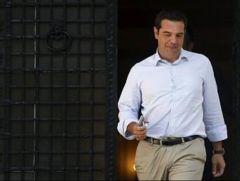 El primer ministre grec, Alexis Tsipras, sortint aquest dijous de la seva oficina REUTERS