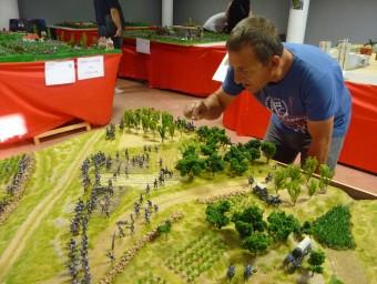 Rafa Pardo retoca un diorama a l'exposició de miniatures històriques. ESCORCOLL