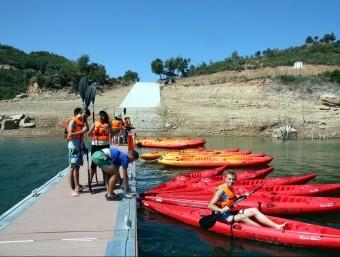 Turistes francesos a punt de sortir amb caiac del port de Pomanyons, l'únic embarcador del pantà de Rialb. E. BUSOMS/ACN