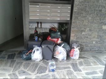 Imatge de les escombraries a l'entrada dels apartaments i, en la part inferior, a la zona verda on van ser tirades X.G