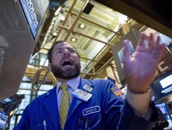 Un treballador en la borsa de Wall Street aquest dlluns REUTERS