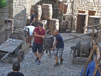 Alguns dels elements per ambientar el rodatge de 'Joc de Trons' es van col·locar ahir al llarg de tot el dia al carrer Ferran el Catòlic  lluis serrat