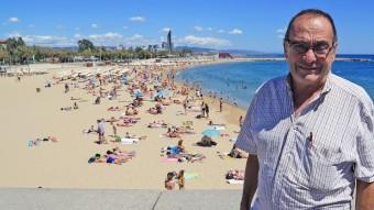 El pare Manel davant de la platja de la Nova Icària JUANMA RAMOS