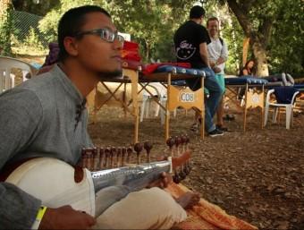 Un dels músics que amenitzava la sessió de teràpies a la primera edició del festival, el 2013 BIORITME FESTIVAL