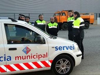 Els vigilants de la Bisbal l'any 2009 quan van estrenar uniforme i vehicle. AJ. DE LA BISBAL