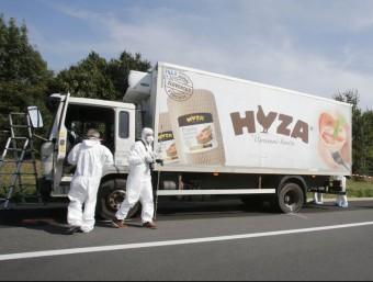 Agents de la policia científica inspeccionen el camió on s'ha localitzat els cossos d'entre 20 i 50 refugiats, aquest dijous a Àustria REUTERS