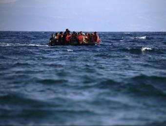 Un grup de refugiats sirians navega en una llanxa neumàtica a prop de la costa de l'illa de Lesbos, a Grècia REUTERS
