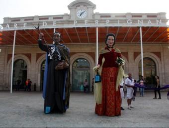 Els gegants de Dalí i Gala, ahir davant l'estació ACN