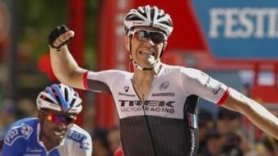 El belga Stuyven celebra la victòria a la vuitena etapa de la Vuelta a Espanya, el francès Reza en segon terme AFP