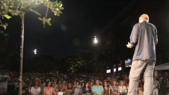 Llach, adreçant-se ahir a la nit als centenars de persones que van assistir a l'acte a la plaça Salvador Espriu E.A
