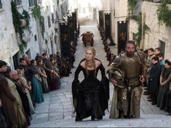 A l'esquerra, Cersei pujant unes escales a Desmbarcametnt del Rei, i, a la dreta, la Pujada de Sant Martí, on també es rodarà i que hi té una clara semblança. EL PUNT AVUI