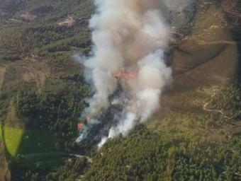Vista aèria de l'àrea de l'incendi, al Priorat Bombers de la Generalitat