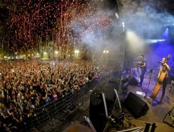 El concert d'Els Catarres va omplir la Rambla de Figueres. ARNAU JAUMIRA