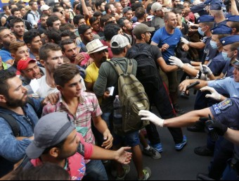 La policia fa fora de l'estació de Keleti de Budapest centenars de refugiats que volen viatjar cap a Àustria REUTERS