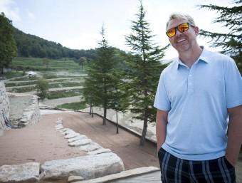 Brad Call a la finca Clarella, al fons hi ha els terrenys on té previst plantar les vinyes a principis del 2016 MARC SANYÉ