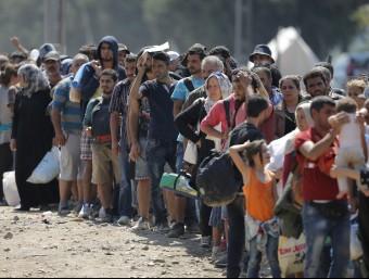 Centenars de refugiats esperen per creuar la frontera entre Macedònia i Grècia per seguir el camí cap a Alemanya EFE