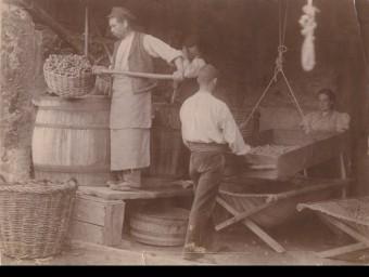 Uns operaris treballant en una empresa de Cassà, a principis del segle passat Arxiu de cassà de la selva
