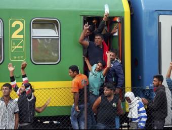 Refugiats en el tren que va sortir de Budapest i que va parar a Bicske, on hi ha un camp d'acollida i on les desenes de persones que viatjaven al comboi es neguen a anar perquè volen entrar a Àustria REUTERS