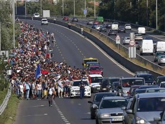 Centenars de refugiats surten de Budapest per l'autopista camí cap a Àustria REUTERS