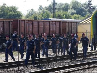 Policies hongaresos custodien el tren on 500 refugiats han passat tota la nit dins dels vagons perquè no volien anar al camp d'acollida pròxim a la població de Bicske REUTERS