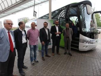 Diverses autoritats davant de l'autobús abans de fer el viatge inaugural des de Sabadell AJUNTAMENT DE SABADELL