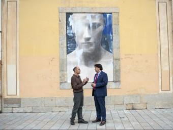 Jordi Isern parla amb Pere Vila, davant una de les obres GLÒRIA SANCHEZ/ICONNA