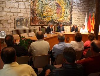 Reunió celebrada ahir a Horta de Sant Joan entre els productors afectats i els tècnics de la Generalitat. ACN