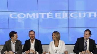 El president del govern espanyol i del PP, ahir, envoltat de Cospedal i els vicesecretaris del partit en la reunió que van fer a Madrid J. MARTÍNEZ ESPINOSA / EFE