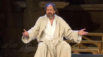 Josep Maria Pou, en una escena de 'Sócrates, juicio y muerte de un ciudadano' JERO MORALES