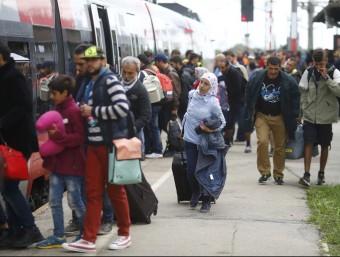 Refugiats pugen a un tren a la població de Nickelsdorf, Àustria, per anar cap a Alemanya REUTERS