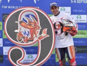 Toni Bou, en el podi de la segona jornada del GP de Portugal, després d'aconseguir el novè títol mundial FIM