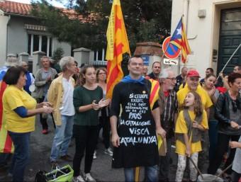 Manifestació davant el consolat espanyol a Perpinyà, l'octubre passat; i el primer ministres francès, Manuel Valls, d'origen català, a la gare de Lyon A.R. / AFP