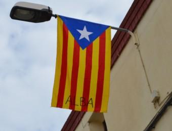 Una estelada apadrinada a Alpicat, en un dels fanals més alts del carrer Lleida ROSA PEROY