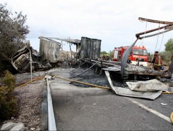 Els dos camions han quedat completament calcinats i el foc s'ha estès als arbres situats als marges de l'N-340, aquest dilluns al Perelló ACN