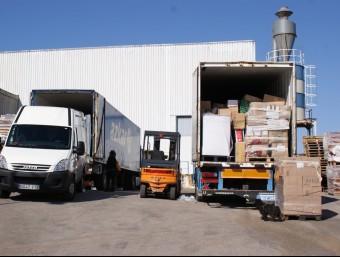 Càrrega d'ajuda humanitària per a refugiats i nouvinguts. EL PUNT AVUI