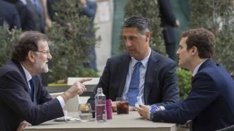 Rajoy, García Albiol i Casado, ahir, en una terrassa del centre de Madrid EFE